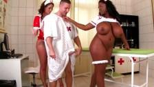 Pielęgniarki zajmują się pacjentem