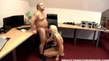Klęczy przed grubym facetem i ciągnie jego pałkę