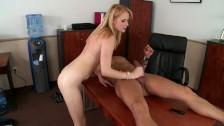 Blond laska trzepie długiego penisa