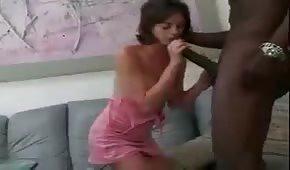 Niewielka brunetka targa wielkiego kutasa