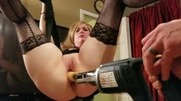 Wiertatka z dildo wypełnia jej pipę