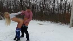 Seks na śniegu ze zgrabną blondyną