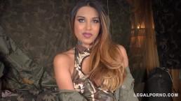 Wojskowa suczka kocha seks na dwa baty