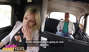 Zapina silikonową babeczkę w taksówce