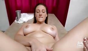 Naturalne piersi posuwanej łani