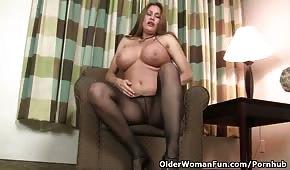 Gorąca mamuśka robi pokaz na fotelu