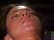 Masażystka nawilża jej obie dziurki